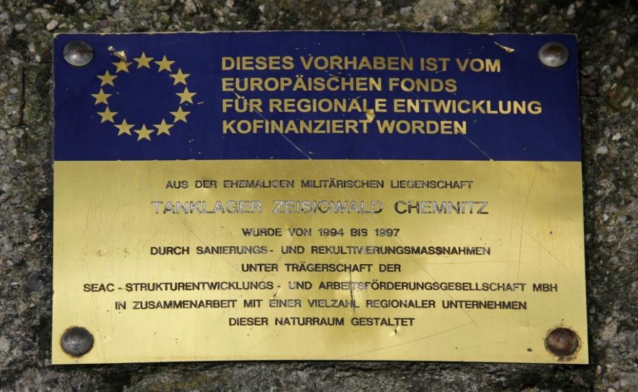1920px-Zeisigwald_Tanklager_Plakette_Renaturierung_LvT, Lord van Tasm CC BY-Sa 3.0.JPG