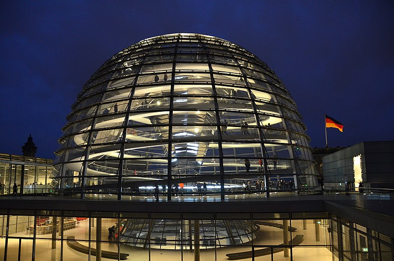 800px-Glass_Dome_of_Reichstag_building,_Berlin, Olga ERnst, Cc BY-Sa.jpg