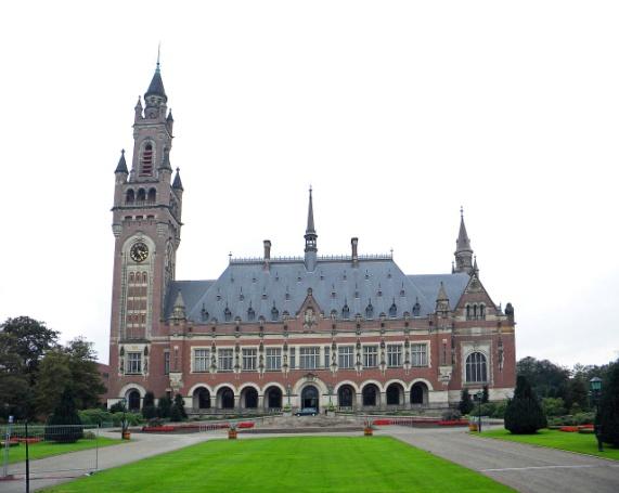 Friedenspalast in Den_Haag, 1913 fertiggestellt im Neoklassischen Stil, aufgrund der vielen Friedensinitiativen , Dierk Schaefer, CC BY 2.0.jpg