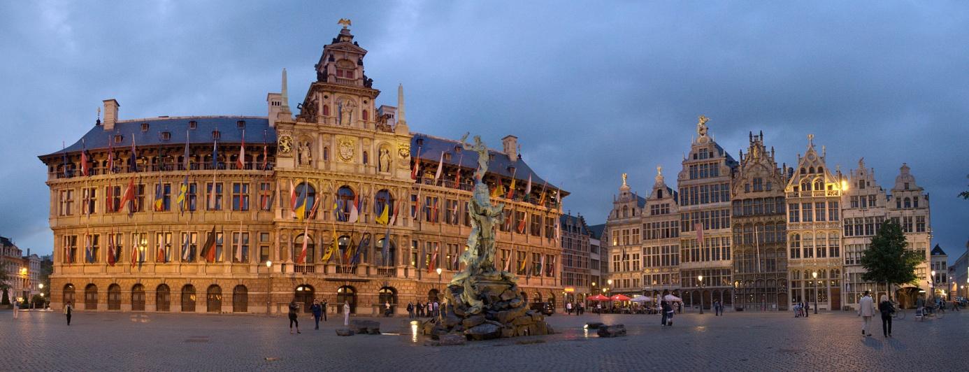 Grote_Markt_at_night_(Antwerpen), Maros, CC BY-SA 3.0.jpg