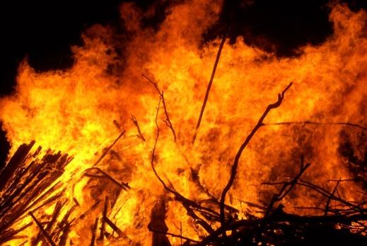 Large_bonfire, Fir0002, CC BY-Sa 3.0.jpg