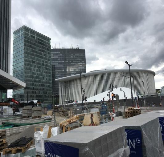 Philharmonie auf dem Kirchberg und Baustell als Symbol, dass Europa wächst.jpg
