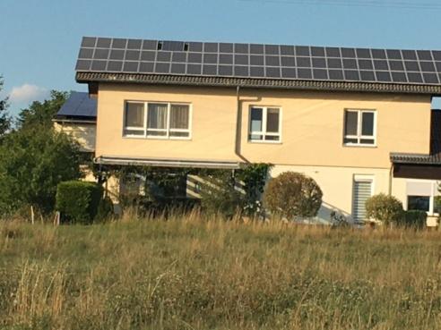Photovoltaik auf einem Wohnhaus.jpg
