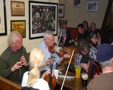 traditionelle Musik-session in einem _pub_Gus_O'Connor-Doolin, Gtapp, CC BY-Sa 3.0.JPG