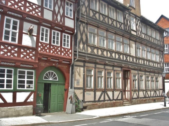 unser Foto, Quedlinburg, ein restauriertes und ein noch altes Haus auf einem Bild.JPG