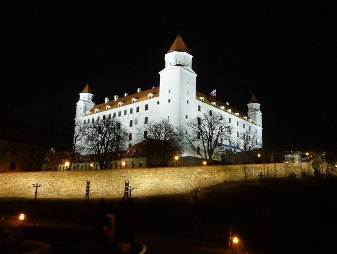 Slowakei, Bratislava_bei_Nacht, Burg Bratislava, Riki 1979, Wikimedia Commons.jpg