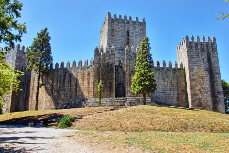 _Castelo_de_Guimarães, Hauptsymbol für Portugals Unabhängigkeit, romanische Festung, um 1050 zum Schutz vor Arabern und Normannen, CC BY-Sa 3.0.jpg