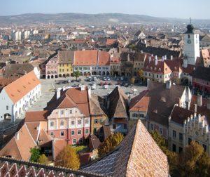 Rumänien, Sibiu, Blick vom Turm der ev. Stadtpfarrkirche auf den kleinen Ring mit Ratsturm, Mätes II., CC By-Sa 3.0.jpg